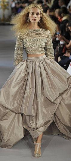 (via Pin by Sofiaz Choice on Oscar de la Renta Haute Couture Style, Couture Mode, Couture Fashion, Runway Fashion, Womens Fashion, Fashion Week, Love Fashion, High Fashion, Fashion Design