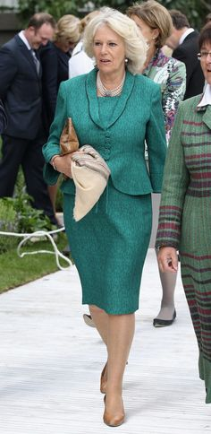 Camilla, Duchess of Cornwall visits the Chelsea Flower Show Press and VIP Day on May 2011 in London, England. Get premium, high resolution news photos at Getty Images Camilla Duchess Of Cornwall, Royal Uk, Camilla Parker Bowles, Herzog, Chelsea Flower Show, Lady Diana, Royal Fashion, Duke And Duchess, Celebrities