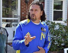 'Herói' de Boston, homem de chapéu de Cowboy é interrogado pelo FBI   Carlos Arredondo ajudou rapaz ferido no atentado de segunda-feira (15). Em depoimento nesta quinta (18), FBI lhe pediu roupas e fotos. http://mmanchete.blogspot.com.br/2013/04/heroi-de-boston-homem-de-chapeu-de.html#.UXA0SLVQGSo