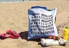 Ideas veraniegas para amantes de los libros: bolso de playa con hashtags literarios