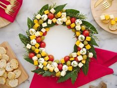 Couronne gourmande de Noël : entrées, salades et desserts Christmas Cheese, Christmas Party Food, Xmas Food, Christmas Appetizers, Christmas Cooking, Christmas Treats, Holiday Parties, Christmas Holidays, Snacks Für Party
