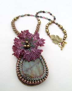 """Oceania Creations:  Hibiscus - You will find the model of the flower """"Hibiscus Twist"""" Kerrie Slade in the magazine Bead & Button April 2009 - issue 90 .    The proposed version is united in the magazine, with a mix of 5 colors.         Beautiful materials for this gem relatively simple: a beautiful stone heliotrope, unique! Floss, seed beads Toho Hybrid. Rolled into pearls and Swarovski Tourmaline - a long necklace, 52cm."""