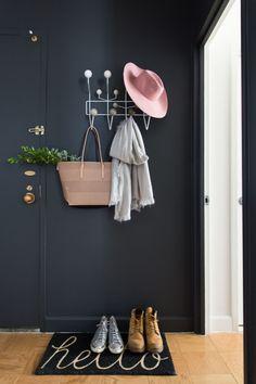 """Amo, amo, amo, amo a ideia de dar continua a cor da parede mesmo quando tem algum elemento no meio do caminho. (que nesse caso é a porta) haha. Amei o tapete também , e acho muito válido (para quem tem espaço) esse cantinho de """"pendure aqui o que vem da rua"""""""