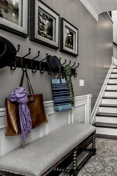 aménagement-hall-d-entrée-maison-avec-un-meuble-pous-s-asseoir-en-gris-et-des-crochets-en-noir