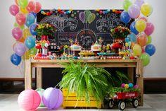 Festa infantil colorida para dois irmãos