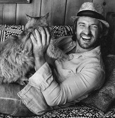 Gerard Butler and a fluffy cat. 45 Amazing Pictures Of Celebrities And Cats Animal Gato, Mundo Animal, Gerard Butler, Pretty Cats, Beautiful Cats, Crazy Cat Lady, Crazy Cats, I Love Cats, Cool Cats