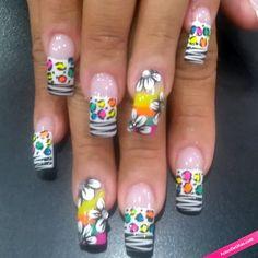 Manicura de uñas animal print de cebra con flores.