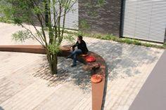 De binnentuin heeft een zitbank en stoelen aan de wand/vescom deurne ontwerp