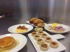 Lezione sulle uova con i miei ragazzi presso Congusto Gourmet Institute: Muffin inglese, Uova alla Benedict, Crumble eggs, Mini quiche, Pancake, 4/4 mono porzione, Bagel #robertomaurizio #chef #milano #congusto #lezione #scuoladicucina #cookinkschool #uova #uovo #eggs #muffin #crumbleeggs #miniquiche #pancake #bagel #uovabenedict Bagel, Foto E Video, Quiche, Pancakes, Eggs, Breakfast, Food, Gourmet, Morning Coffee