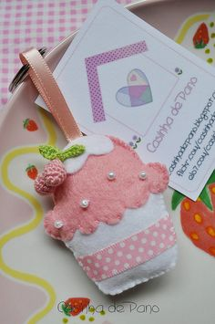 Cupcake by Casinha de Pano, via Flickr I love this idea for small gifts - perhaps for a children's or adult's thank you for coming to my/our party? ~M x