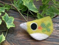 羊毛フェルトで作っためじろのブローチです。帽子やバックにつけてみると、ほんわり可愛い早変わり。カワイイ小鳥のさえずりが、ぬくもりあるワンポイントに。ちょっとし...|ハンドメイド、手作り、手仕事品の通販・販売・購入ならCreema。