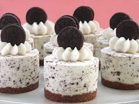 Nos encantan las recetas que se preparan con galletas Oreo, como estas mini tartas de queso que no necesitan hornearse y son perfectas para los peques. Puedes preparar los mini cheesecakes como los de la foto, o usando un molde grande redondo. INGREDIENTES Para la base: 1 ½taza de galletas trituradas (Graham o María), ¼taza …