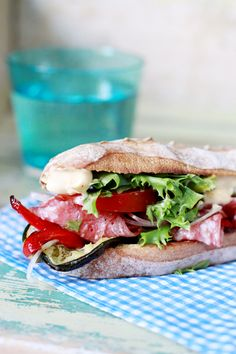 Sandwich med salami, zucchini & paprika