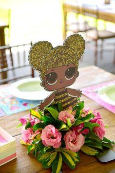 Festa LOL em Brasília: o tema queridinho das meninas virou festa e mães de Brasília já podem alugar as peças na empresa Festas Criativas! 5th Birthday Party Ideas, Birthday Party Centerpieces, Luau Birthday, Party Themes, Decoration Communion, Lol Doll Cake, Funny Birthday Cakes, Bee Party, Doll Party