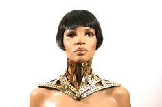 Gold gestickt Cyber viktorianischen Käfig Halsband Hals Korsett oder Halskette Halsband für Steampunk Fetisch Bdsm, was überhaupt Zweck fühlst du dich zufrieden! Völlig flexibel und passt sich perfekt an jede Hals- und Schoulder  Dies ist ein handgefertigt Element, bestickt und Hand Stück für Stück geschnitten.  Diese Kragen hat einen Korsett-Verschluss auf der Rückseite. Wie Spiegel, starke und flexible pvc-Material. Es ist Linned in schwarz  Bitte geben Sie mir yr Messung Halsumfang…