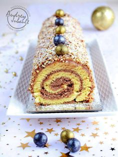 Christmas log rolled with praline Cinnamon Cream Cheese Frosting, Cinnamon Cream Cheeses, Parfait, Cookie Recipes, Snack Recipes, Christmas Log, Xmas, Pumpkin Spice Cupcakes, Food Cakes