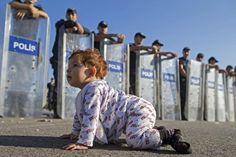 A gattoni verso l' #Europa - Pigiamino, bavaglino, e ricci rossi spettinati: la piccola 'gattona' e si guarda intorno con curiosità, poi si siede. Non è al nido o in un giardino, ma sull'autostrada Istanbul-Edirne, davanti a un cordone di #polizia. Una baby-profuga siriana di neanche un anno che aspetta, anche lei, di passare il confine tra #Turchia e #Grecia mentre i militari, schierati dietro gli scudi anti-sommossa, la osservano incuriositi. Qualcuno non può fare a meno di sorridere. (©…