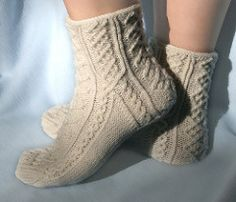 I wanted to use sport weight yarn to produce an elegant pair of socks and decided to go for the Austrian cables. I found the cable patterns in Maria Erlbacher's book Überlieferte Strickmuster aus dem Steirischen Ennstal.