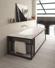 @glass1989 propone #Naked, #vasca con struttura a vista e top in cristallo. Questo #design originale la rende un elemento d'arredo unico, che si inserisce perfettamente in contesti moderni. www.gasparinionline.it - #arredamento #interiors #bagno #dailyinspire #madeinitaly #bathroom #bathtub #lifestyle #homestyle