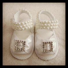Sandalia de bebe bordado em pérolas e strass cristal.   ***Pagamento direto tem desconto*** R$ 95,00