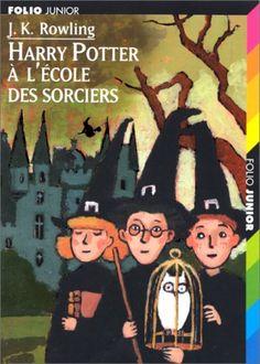 Le jour de ses onze ans, Harry Potter, un orphelin élevé par un oncle et une tante qui le détestent, voit son existence bouleversée. Un géant vient le chercher pour l'emmener à Poudlard, une école de sorcellerie ! Voler en balai, jeter des sorts, combattre les trolls : Harry se révèle un sorcier doué. Mais quel est le mystère qui l'entoure ? Et qui est l'effroyable V..., le mage dont personne n'ose prononcer le nom ?