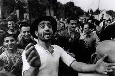 Robert Capa in Italia. Welcome to American troops in Monreale Palermo suburb, late July 1943. #Italy #WWII