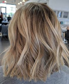 Golden Blonde Balayage for Straight Hair - Honey Blonde Hair Inspiration - The Trending Hairstyle Messy Bob Hairstyles, Lob Hairstyle, Hairstyle Ideas, Lob Haircut, Casual Hairstyles, Updo, Brown Blonde Hair, Baylage Blonde, Blonde Honey