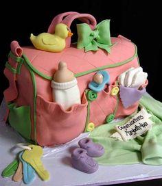 Bolsa pañalera hecha de pastel con detalles de artículos para bebé