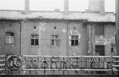 """An der Dimitroffstraße, Ecke Schönhauser: So sah sie aus, die """"VEB Wohnkultur"""" im realen Sozialismus. Überall im Lande verfielen die Altbauv..."""