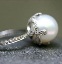 I really love vintage jewelry.  And all of the pretty photos on this site.