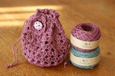 「モチーフ飾り(リバティボタン)付きんちゃく」オリジナルの染め糸で、きんちゃくを編んでみました。ちょうど色味の合いそうなリバティプリント布があったので、くるみボタンをかざりにしてます。 [材料]合細~中細の糸/飾り用のボタン