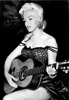 53 Behind-the-Scenes Photos of Marilyn Monroe While Filming 'River of No Return' in 1954 ~ vintage everyday Cinema Tv, Actor Studio, Gentlemen Prefer Blondes, Marilyn Monroe Photos, Norma Jeane, Scene Photo, Hollywood Stars, Mannequin, American Actress