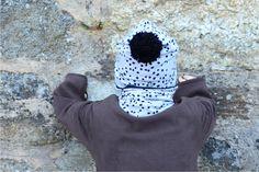 Čepice černý puntík na šedé s bambulí vel. 48 cm Čepice prodlouženého střihu s bambulí ušitá z luxusního zahraničního bioúpletu (nepravidelné černé puntíky na šedém podkladu), podšitá černýmúpletem certifikovaným pro děti do tří let. Díky pružnému materiálu se dobře přizpůsobí tvaru hlavy.  Složení: vzorovaný úplet - 95% biobavlna, 5% elastan ... Bucket Hat, Hats, Fashion, Moda, Hat, Fashion Styles, Fashion Illustrations, Fashion Models, Hipster Hat