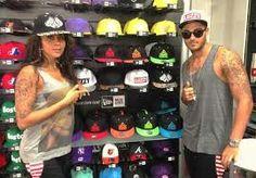 Dans leur boutique de casquettes préféré