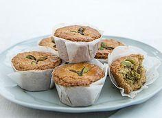 Pistache-koeken Voor 6 stuks Mmm, iedere week een recept met zoet. Taart, koekjes, cakes en nog veel meer! Ideetje: uitscheuren en er een receptenboekje van maken. Deze week het recept van Wina Nieuwenhuizen-van Dijk uit Uithoorn Benodigdheden *75 g gepelde, ongezouten pistachenoten (houd er 18 apart) * 75 g suiker * 1 eiwit * 150…