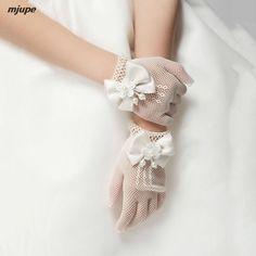 3fafed0b6ca3 Nuovo fiore ragazza guanti da sposa arco elastico scava fuori guanti della  ragazza Paggette In Pizzo
