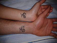 Abbiamo chiesto alle mamme della community online di Nostrofiglio.it di inviare le foto dei tatuaggi dedicati ai loro figli. Il risultato? Una divertente galleria fotografica. Ecco 100 immagini con disegni, simboli, nomi tatuati sul corpo delle mamme che hanno voluto condividerli sulla pagina Facebook .
