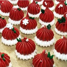 23 Clever DIY Christmas Decoration Ideas By Crafty Panda Christmas Deserts, Noel Christmas, Christmas Goodies, Christmas Candy, Christmas Baking, Christmas Decorations, Meringue Desserts, Meringue Cookies, Holiday Cookies