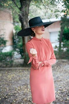 Nude dress and big hat Nude Dress, Coral Dress, Dress Black, Race Wear, Cocktail Outfit, Fashion Blogger Style, Elegant Outfit, Dress Me Up, Dress Skirt