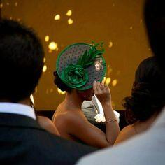 Tocado sinamay plato plumeti flor y plumas verdes. Hecho a mano. lnvitadas perfectas. Bodas. Wedding millinery headpiece hat handmade.