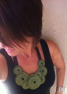 Collar babero... flor fieltro collar collar de declaración...Collar de remolino (olivo)