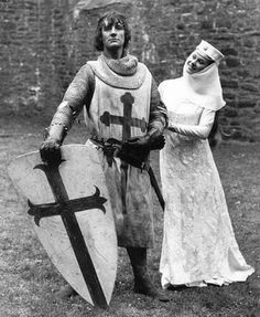 Michael Palin as Sir Galahad and Carol Cleveland as Zoot from the classic of world cinema, Monty Python and the Holy Grail. Monty Python, Carol Cleveland, British Comedy Films, Eric Idle, Roi Arthur, Terry Jones, Michael Palin, Terry Gilliam, Hollywood