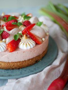 Rabarber- och jordgubbstårta med mandelbotten   Brinken bakar Mousse Cake, Fika, Baked Goods, Frosting, Nom Nom, Cake Decorating, Cheesecake, Brunch, Baking
