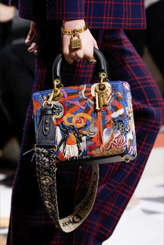 Christian Dior Fall 2018 Ready-to-Wear Fashion Show - Dior Bag - Ideas of Dior Bag - Christian Dior Fall 2018 Ready-to-Wear Collection Vogue Lady Dior, Hermes Handbags, Purses And Handbags, Luxury Bags, Luxury Handbags, Dior 2018, Fashion Bags, Fashion Accessories, Dior Fashion