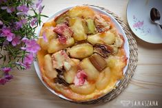 This is probably the simplest cake in the world and made with seasonal fruits tastes best! In the recipe in a sweet and sour version, i.e. apple and rhubarb. In addition to the still warm Tarte Tatin you can serve ice cream or whipped cream.