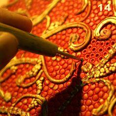Insertion de colombins fins dans les empruntes pour un rendu nouveau et intéressant