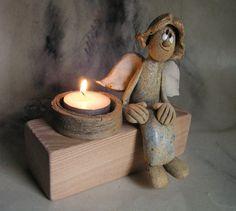 Andělské světýlko... Svícínek dřevěný, na něm andílek posazený. Světýlko zažíhá…