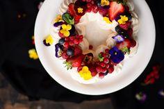 Pavlova coroniță cu fructe de pădure » Bucătăria Familiei Mele Pavlova, Acai Bowl, Panna Cotta, Breakfast, Ethnic Recipes, Food, Corona, Acai Berry Bowl, Morning Coffee