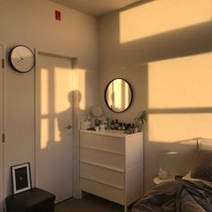 How to Create the Minimalist Dorm Room of Your Dreams - College Fashionista You want the space to reflect your personal style without feeling cluttered and cramped. Minimalist decor is the best way. My New Room, My Room, Dorm Room, Nachhaltiges Design, House Design, Interior Design, Minimalist Dorm, Minimalist Fashion, Hippy Room