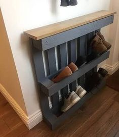 Pallet wood art is the latest innovation in craft that provides with plenty of furniture items for indoor and outdoor furniture. Pallet furniture is wonderful Wood Pallet Furniture, Wood Pallets, Diy Furniture, Pallet Wood, Furniture Design, Diy Apartment Decor, Diy Home Decor, Room Decor, Diy Shoe Rack